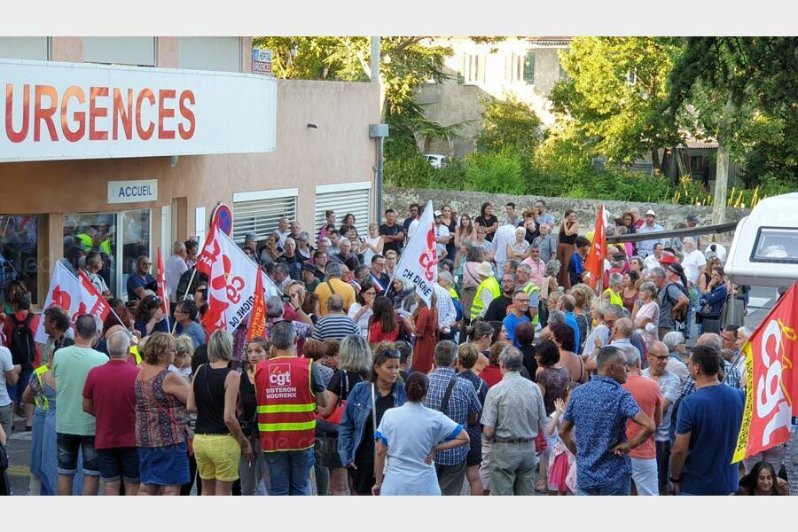 Le dernier rassemblement devant les urgences à Sisteron. Photos Le DL/Didier CAPDEVILA