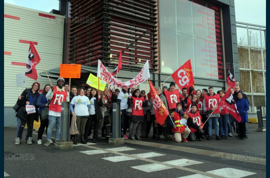 Les employés du Carrefour d'Ecully étaient en grève ce samedi pour leurs emplois, devant l'entrée de l'hypermarché. / Photo Pierre AUGROS