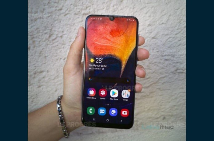 With a price of about 350 euros, the Galaxy A50 will find on its way a strong competition for a battle of high flight where it will oppose to smartphones better equipped with regard to processor power and technical specifications its quality of manufacture, its design and its homogeneity . LaboFnac Photo