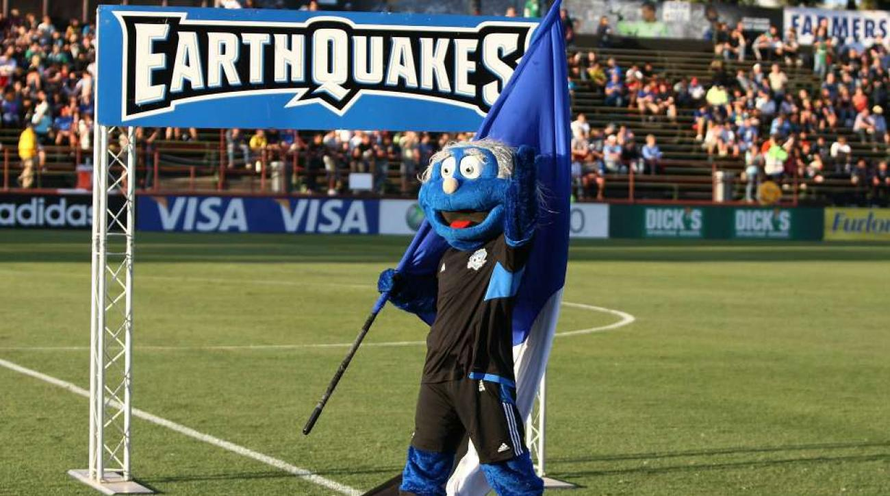 San Jose Earthquakes mascot scuffles with Club America