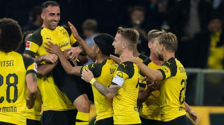 Paco Alcacer festeggiato dai nuovi compagni di squadra al BVB. | Numerosette Magazine
