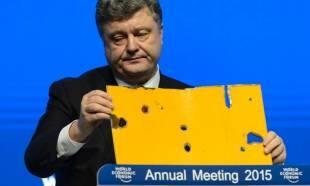 poroshenko a davos con un pezzo di autobus ucraino fatto saltare da filorussi