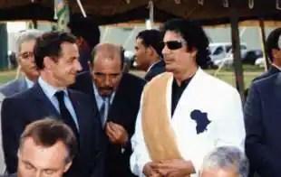 Moftah Missouri con Sarkozy e Gheddafi
