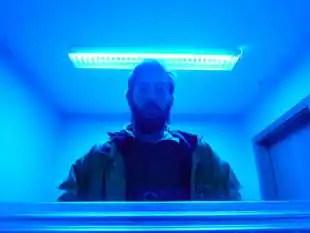 luce blu in un bagno pubblico