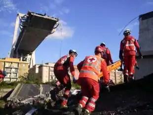 il crollo del ponte di genova i lavori di soccorsi