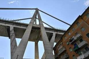 il ponte di genova e le case sottostanti