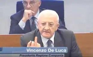 IL DITO MEDIO DI VINCENZO DE LUCA AI GRILLINI