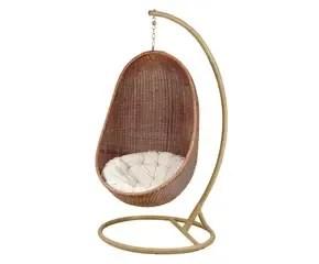 Heerlijk relaxen in een rieten hangstoel  Westwing