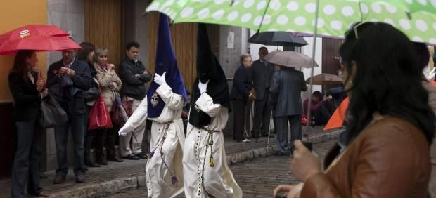 La lluvia retrasa las procesiones en Sevilla