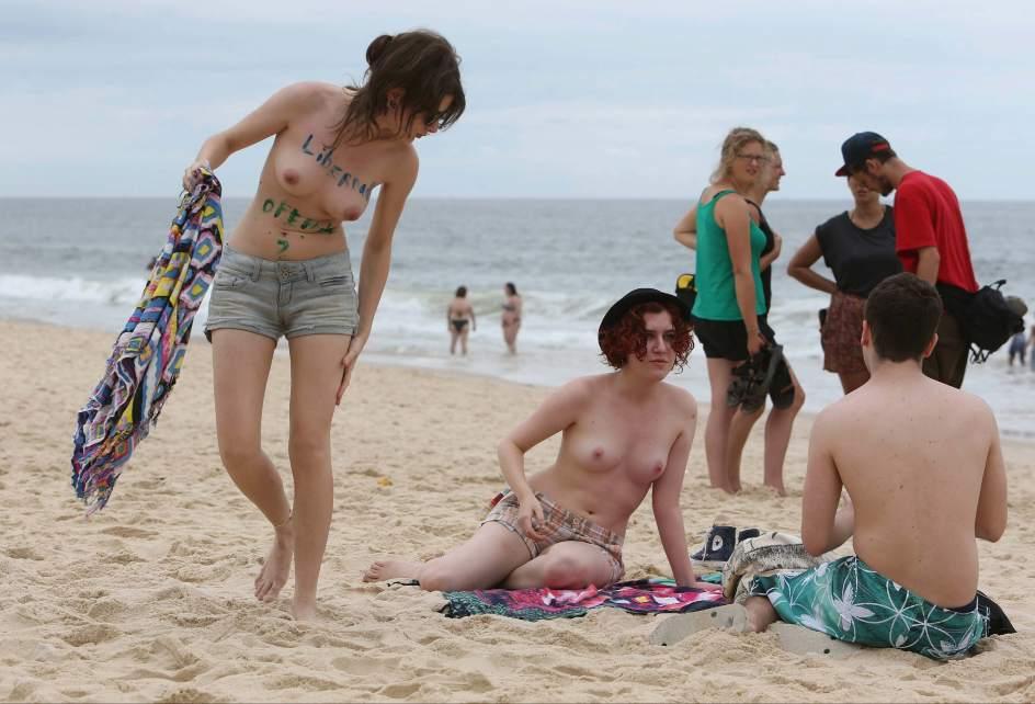 Resultado de imagen para imagenes mujeres en la p laya con el pecho descubierto