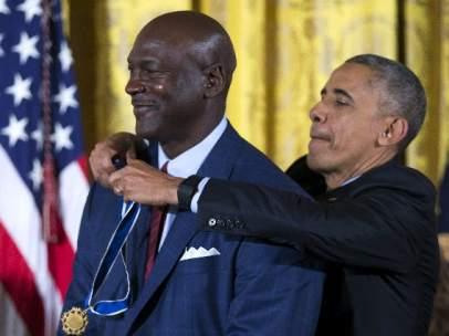 Obama condecora a Michael Jordan