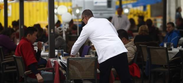 Un camarero atiende la terraza