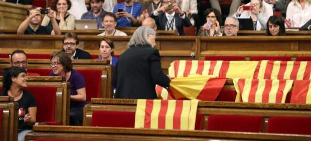 Retiran banderas de España en el Parlament