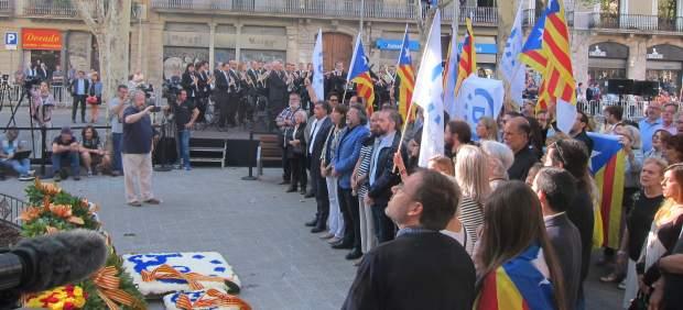 Ofrenda de Demòcrates por la Diada al monumento de Rafael Casanova.