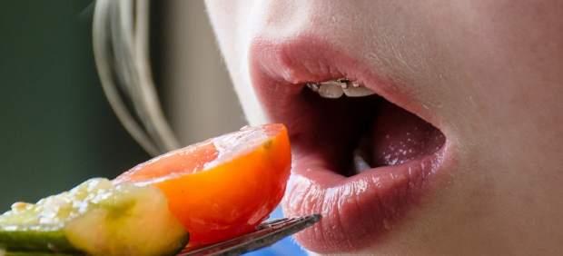 Mujer comiendo verduras