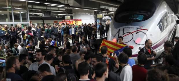 Manifestantes invaden las vías del AVE de la estación de Sants, en Barcelona.