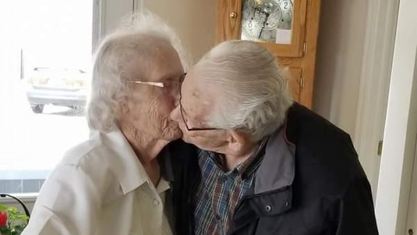 Obligan a una pareja de ancianos a pasar su primera