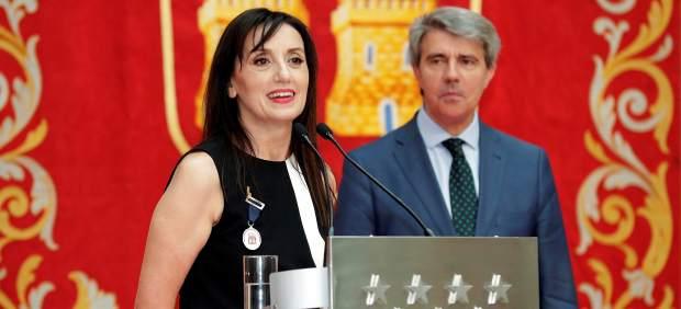 La cantante Luz Casal recoge la Medalla Internacional de las Artes de Madrid de manos del presidente de la Comunidad, Ángel Garrido.