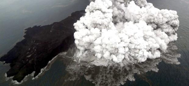 El monte Anak Krakatau (Indonesia), en erupción