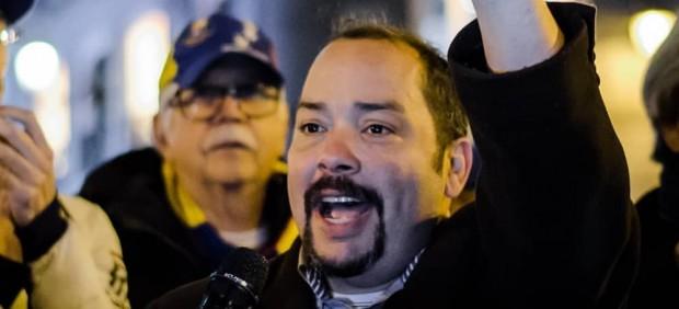 Salvador Pimentel, uno de los ciudadanos venezolanos opositores, dando un discurso el pasado miércoles en la Puerta del Sol de Madrid