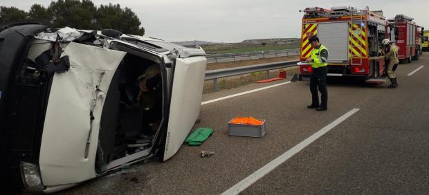 Zaragoza.- Sucesos.- Un herido al volcar una furgoneta en la AP-2, en el municipio de La Almolda