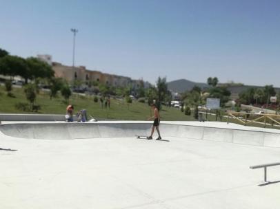 Morón estrena su nueva pista de patinaje en el parque de Los Cipreses tras invertir 60.000 euros