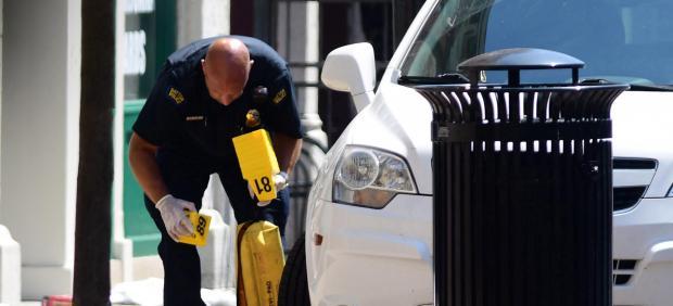 Un policía trabaja en las inmediaciones del tiroteo de Ohio.