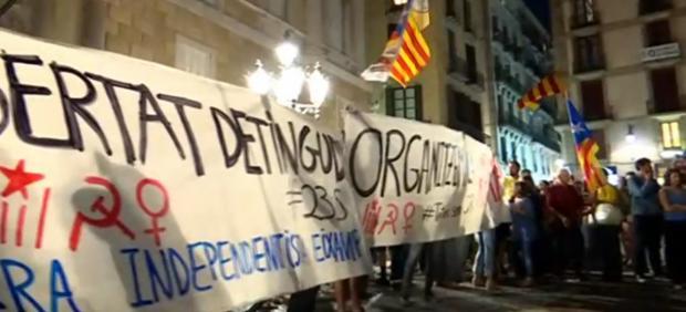 Concentrados en la plaza de Sant Jaume en protesta por la prisión sin fianza para siete CDR acusados de terrorismo.