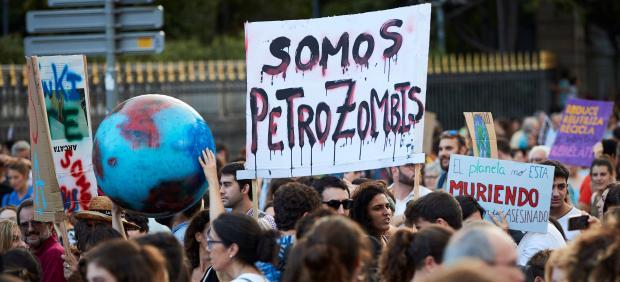 Miles de personas durante la manifestación que esta tarde ha recorrido las calles de Barcelona en defensa del clima