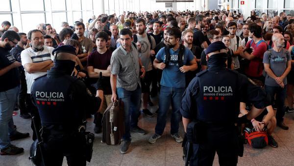 Mossos y Policía Nacional intentan contener a los manifestantes en El Prat