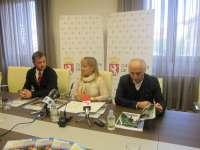 FOTO: La presidenta de la Diputación, Isabel Carrasco, presenta el especial de León en una revista especializada