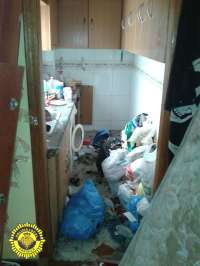 La Policía Local encuentra un perro muerto encadenado a una cama en una casa deshabitada