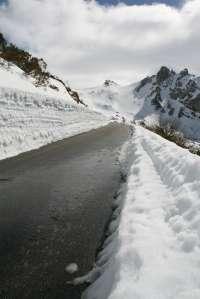 La nieve obliga a usar cadenas para circular por la A-138, entre Bielsa y la frontera francesa