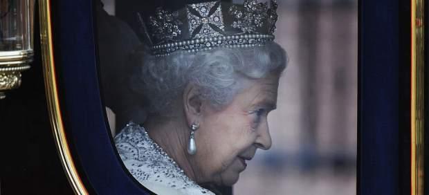 La reina Isabel II, dirigiéndose hacia el Parlamento británico.