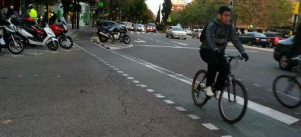 Cruce del carril bici con la calzada en Camino de las Torres.