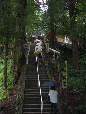 金持神社は、この階段を上がった上にあります。予想通り息が切れました。