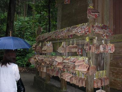 神社の周りは、願い事を書いた絵馬で一杯です。