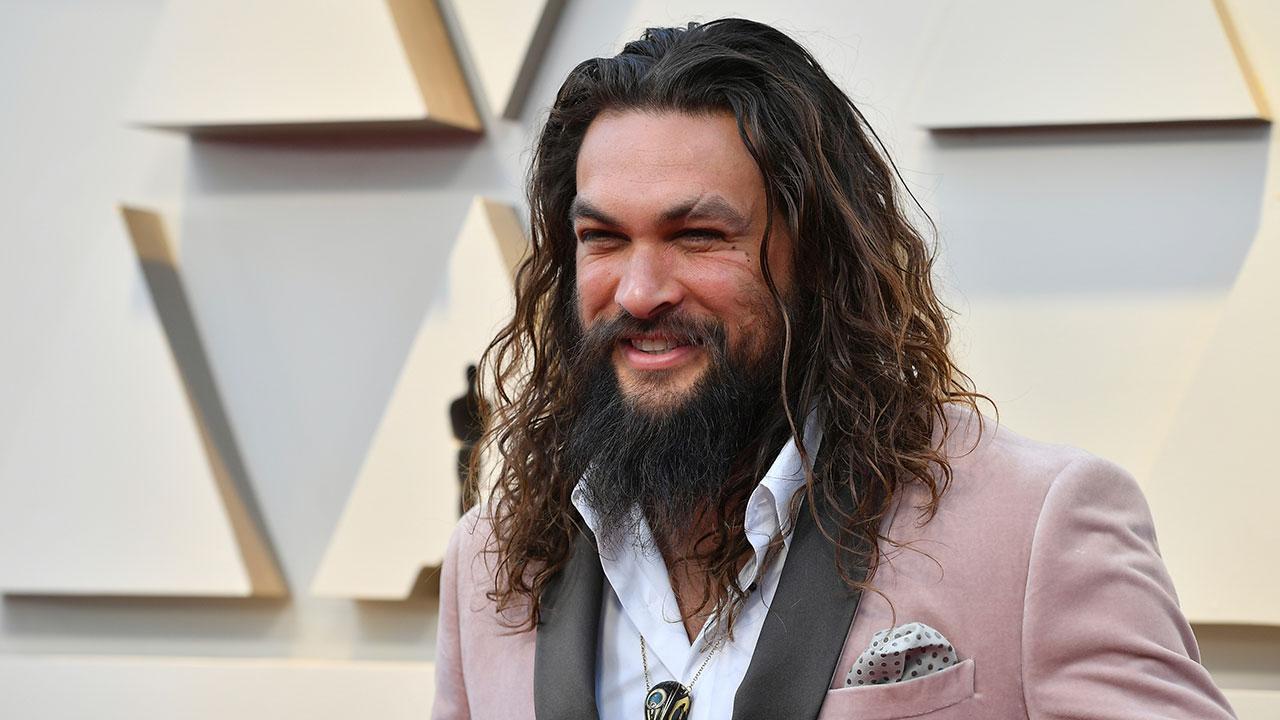 Oscars 2019 Jason Momoa S Velvet Pink Tuxedo And
