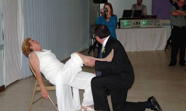 Funny Garter Removal Situations (26 Pics
