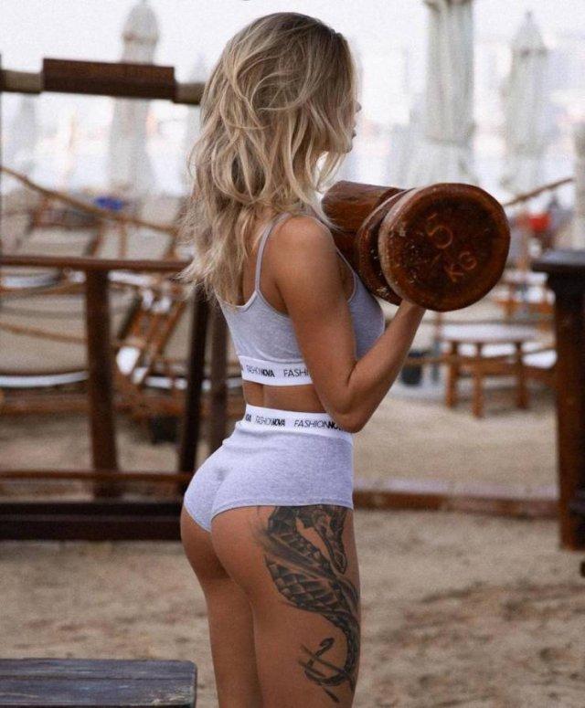 Girls In Shorts (45 pics)
