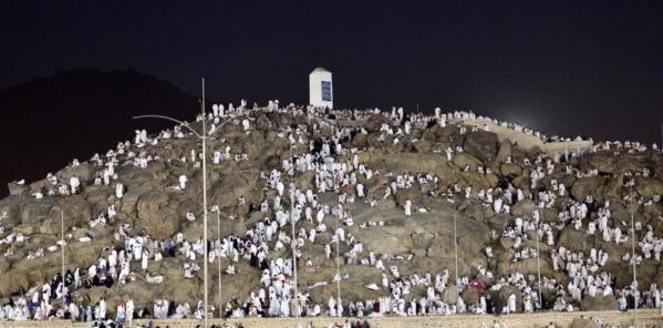 ضيوف الرحمن يتوافدون إلى صعيد عرفات الطاهر