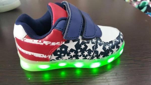 """""""المواصفات والمقاييس"""" تتفاعل مع تغريدة حول أحذية مضيئة تكهرب الأطفال.. وتعد بفحصها"""