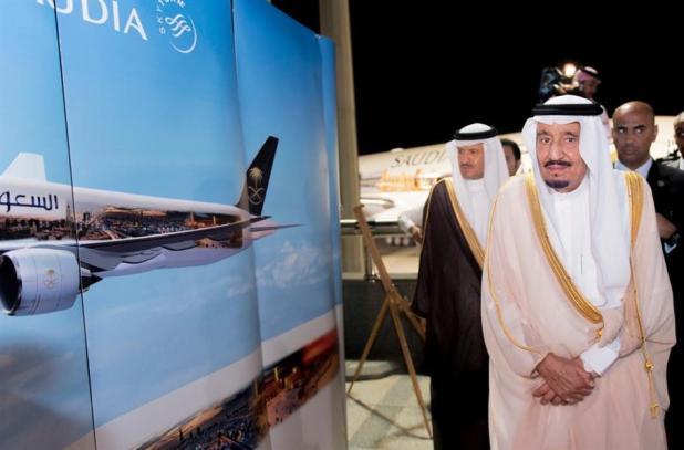 بالصور.. خادم الحرمين يطلع لدى وصوله إلى جدة على نموذج طائرات معالم المملكة