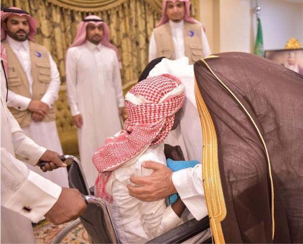 أمير نجران يسلم مواطناً منزلاً جديداً بعد ثبوت عدم صلاحية منزله للسكن