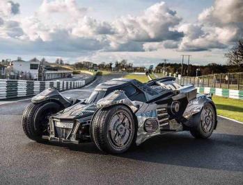 """بالفيديو والصور.. فريق سعودي يعرض سيارة """"باتمان TGX"""" في """"رالي جمبال"""""""