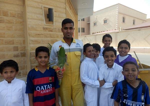 بالصور.. طلاب مدرسة ابتدائية يوزعون مبالغ مالية وورود على عمال النظافة بالإحساء