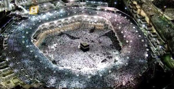 """بالصور.. الحرم المكي يبلغ طاقته الاستيعابية و""""الإمارة"""" تغلق الطرق المؤدية إليه"""