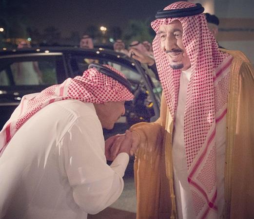 الامير مقرن بن عبدالعزيز يقبل يد خادم الحرمين