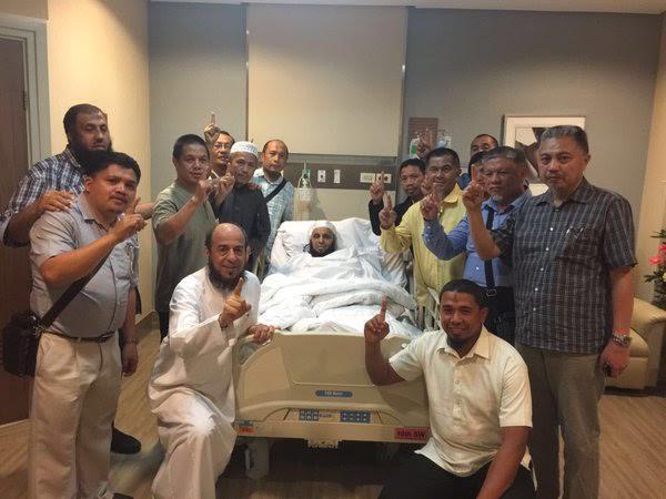الشيخ عائض القرنى ينشر صورة له من داخل المستشفى في مانيلا مع دعاة فلبينيين