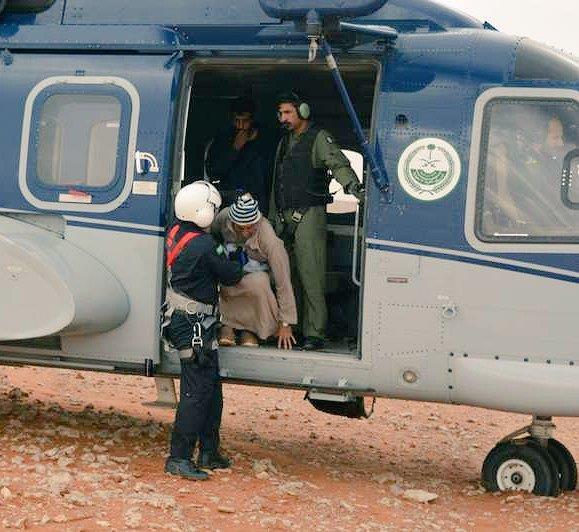 """بالصور.. """"طيران الأمن"""" ينقذ مواطنَين احتجزتهما سيول رماح"""